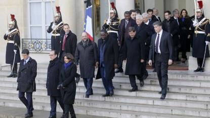 De gauche à droite au premier plan : Manuel Valls, François Hollande et Anne Hidalgo et les invités de l'Elysée quittant le palais pour se rendre à la Marche républicaine (Crédit : MATTHIEU ALEXANDRE/AFP)