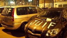 """Capture d'écran des voitures taguées avec le mot """"juif"""" dans le 16e arrondissement de Paris à Porte de Saint-Cloud (Crédit : Twitter/Licra)"""