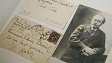 Cette photo prise le 3 mars 2015 à la bibliothèque publique de Galati montre une photo de l'auteur français Emile Zola ainsi que la correspondance qu'il a envoyée à Antonia Schwartz, l'un des trois sœurs juives roumaines, qui avait eu une correspondance avec les auteurs français du 19ème siècle. La ville abritait une communauté d'environ 13 000 Juifs sur une population de près de 60 000. Aujourd'hui, il y a d'environ 250 000 habitants et une centaine de Juifs. (Crédit : AFP PHOTO / DANIEL MIHAILESCU)