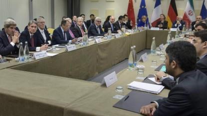 Le Secrétaire d'Etat américain John Kerry (g), le ministre britannique des Affaires étrangères Philip Hammond (2ème g), le ministre russe des Affaires étrangères Sergueï Lavrov (4g), le ministre allemand des Affaires étrangères Frank-Walter Steinmeier (7e g), le ministre français des Affaires étrangères Laurent Fabius (8g) et le ministre chinois des Affaires étrangères Wang Yi (9g) attendre avec les autres avant le début d'une réunion avec le P5 + 1, l'Union européenne et des responsables iraniens à Lausanne, Suisse, le 30 mars 2015 (Crédit : AFP / POOL / BRENDAN SMIALOWSKI)