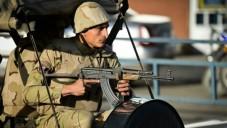 Un soldat égyptien en faction à l'aéroport militaire d'al-Maza, où sont rapatriés les corps des membres des forces de sécurité, qui ont été tués  la veille dans une attaque  dans la province Nord du Sinaï, le 30 janvier 2015  (Crédit photo: AFP / Mohamed el-Shahed)