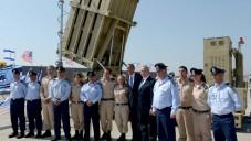 Le président américain Barack Obama et le Premier ministre israélien Benjamin Netanyahu posent avec le personnel militaire  et une batterie Dôme de fer à l'aéroport Ben Gurion le 20 mars 2013 (Crédit : Avi Ohayon / GPO / Flash90)