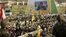 Des partisans du Hezbollah libanais se réunissent dans la ville méridionale de Nabatiyeh, le 24 mai 2015, pour assister à un discours télévisé prononcé par Hassan Nasrallah, le chef du mouvement, pour marquer le 15e anniversaire du retrait israélien du sud du Liban. (Crédit : Mahmoud Zayat / AFP)