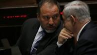 Benjamin Netanyahu (droite) et Avigdor Liberman à la Knesset (Crédit : Miriam Alster / Flash90)