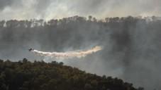 Photo d'un avion luttant contre les incendies en versant de l'eau sur un feu de forêt, le 3 décembre 2010 (Crédit : GILI Yaari / flash 90)