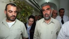Le Cheikh Kamal Khatib, du Mouvement islamique, à droite, est amené au tribunal de Jérusalem après son interpellation pour avoir provoqué des émeutes sur le mont du Temple et à Jérusalem-Est, le 4 octobre 2009. (Crédit : Matanya Tausig / Flash90