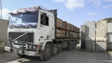 Un camion chargé de marchandises entre dans la bande de Gaza depuis Israël via le passage de Kerem Shalom dans le sud de la bande, le 15 mars 2015. (Abed Rahim Khatib / Flash90)