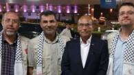 Moncef Marzouki (deuxième à partir de la droite) et des militants propalestiniens se préparent à monter à bord d'une flottille se dirigeant vers Gaza, le 21 juin 2015. (Page Facebook officielle de Moncef Marzouki)
