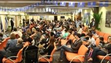 Des immigrants Juifs français nouvellement arrivés pendant une réunion d'information, à leur arrivée à l'aéroport Ben-Gourion, à Tel-Aviv, le 29 juin 2015. (Crédit : Zed Films)