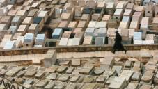 Un homme se promène dans un cimetière, à Jérusalem. (Crédit : Nati Shohat / Flash90)