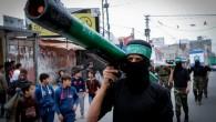 Un membre masqué du Hamas porte un modèle de roquette lors d'un rassemblement dans le camp de réfugiés de Nuseirat, dans la bande de Gaza, le 12 décembre 2014. (Crédit photo: Abed Rahim Khatib / Flash90)