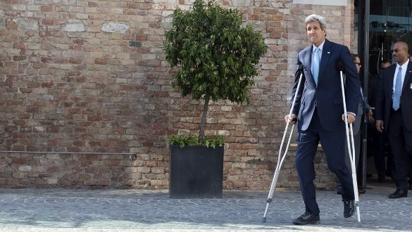 US Secretary of State John Kerry on crutches arrives to give a press conference outside the Palais Coburg Hotel, where the Iran nuclear talks meetings are being held, in Vienna, Austria on July 5, 2015. (AFP PHOTO / JOE KLAMAR)