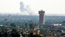 La fumée s'élevant du nord du Sinaï, en Egypte, comme on le voit à partir de la frontière de la bande de Gaza, le 1er juillet 2015, en plein milieu de violents affrontements entre les forces gouvernementales et des hommes armés affilié à l'Etat islamique (Crédit : Abed Rahim Khatib / Flash90)