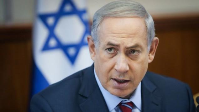 Le Premier ministre Benjamin Netanyahu à la réunion hebdomadaire du gouvernement à Jérusalem, le 25 octobre 2015 (Crédit : Alex Kolomoisky / Pool)