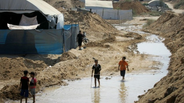 Des Palestiniens examinent les dommages après que les forces égyptiennes ont inondé un tunnel transfrontalier à Rafah dans le sud de la bande de Gaza, le 18 septembre, 2015 (Crédit : Abed Rahim Khatib / Flash90)