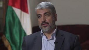 Le dirigeant politique du Hamas, Khaled Meshaal, à Doha, au Qatar, en août 2014. (Crédit : capture d'écran Yahoo News)