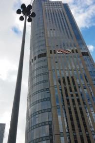La tour Moshe Aviv de Ramat Gan, le plus grand immeuble israélien, héberge beaucoup de compagnies d'options binaires. (Crédit : Simona Weinglass/Times of Israel)