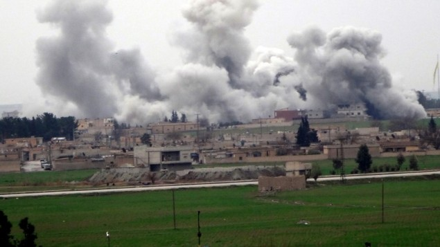 Akcakale, dans la province de Sanliurfa, couverte de fumée provenant de la ville syrienne de Tel Abyad pendant les combats entre l'Etat islamique et les combattantes kurdes (YPG), le 27 février 2016. (Crédit : AFP / STR)