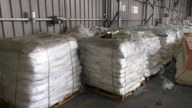 Les inspecteurs des douanes et le personnel de l'ISA ont déjoué une tentative de contrebande de quatre tonnes de chlorure d'ammonium au point de passage de Nitzana, le 3 mai 2016 (Crédit : Autorités des douanes israéliennes)