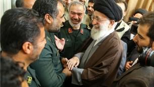 Le Guide suprême iranien Ali Khamenei et une unité marine des Gardiens de la révolution qui a capturé des marins américains en janvier, photographie publiée par l'Iran le 24 janvier 2016.