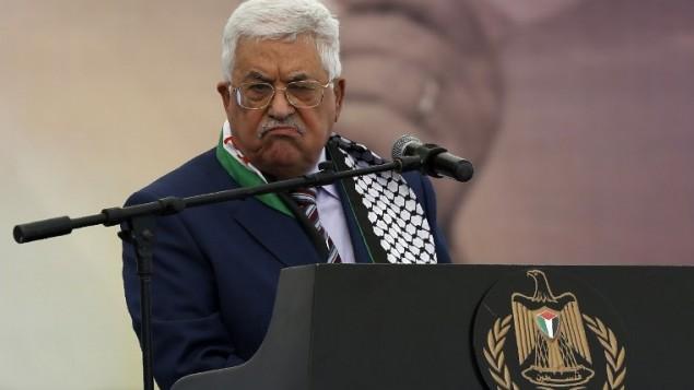 Le président de l'Autorité palestinienne Mahmoud Abbas pendant un rassemblement commémorant le 12e anniversaire du décès de Yasser Arafat à Ramallah, en Cisjordanie, le 10 novembre 2016. (Crédit : AFP/Abbas Momani)
