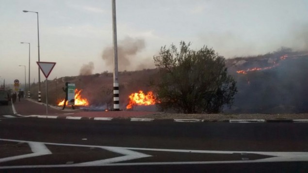 L'incendie près du carrefour Shilat, sur la route 443, près de Modiin, le 24 novembre 2016. (Crédit : Raoul Wootliff/ Times of Israel)