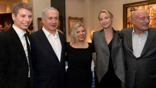 Le Premier ministre Benjamin Netanyahu, son épouse Sara (au centre) et leur fils  Yair aux côtés de l'actrice Kate Hudson lors d'un événement organisé au domicile du producteur Arnon Milchan (à droite), le 6 mars 2014 (Crédit : Avi Ohayon/GPO/Flash90)