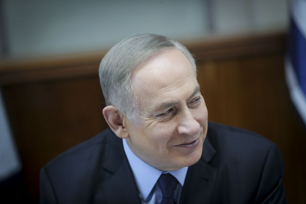 Prime minister Benjamin Netanyahu leads the weekly cabinet meeting at the Prime Minister office in Jerusalem, January 1, 2017. (Alex Kolomoisky/POOL)