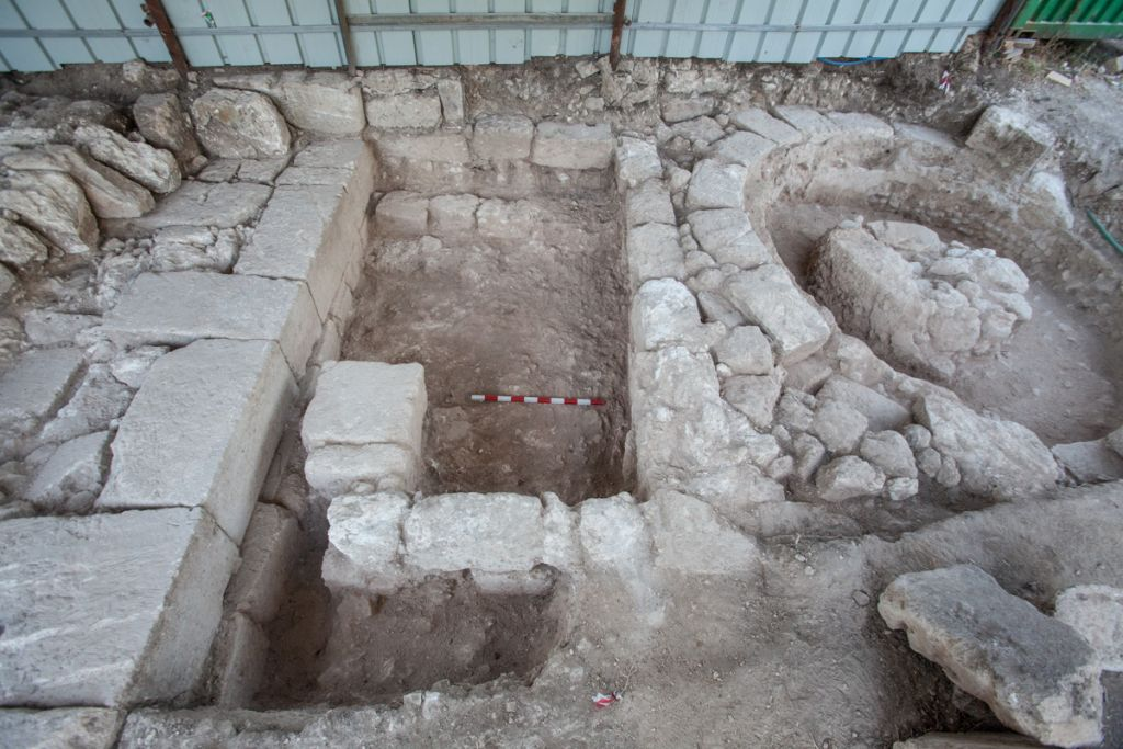The Roman era gateway discovered at Bet Shearim