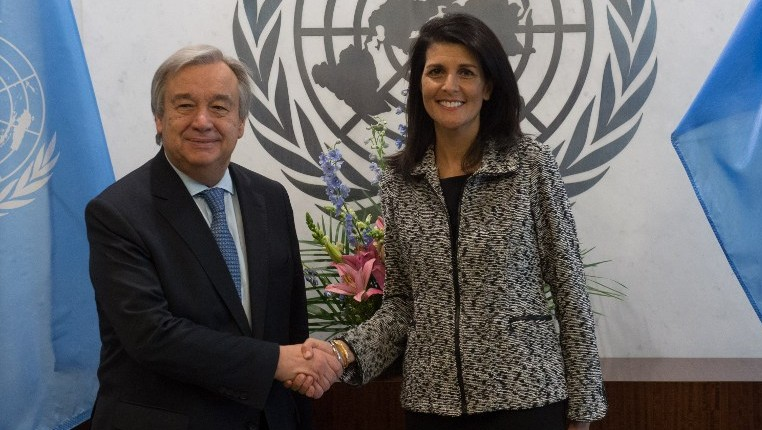 United Nations Secretary-General Antonio Guterres shaking hands with US Ambassador to the United Nations Nikki Haley at the United Nations in New York, January 27, 2017. (AFP/Bryan R. Smith)