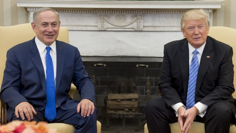 US President Donald Trump and Israeli Prime Minister Benjamin Netanyahu hold a meeting in the Oval Office of the White House in Washington, DC, February 15, 2017. (AFP/ SAUL LOEB)