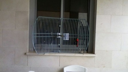 The antenna in the window of the teen JCC bomb hoax suspect's Ashkelon room (Channel 10 screenshot)