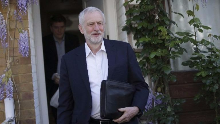 Britain's main opposition Labour Party leader Jeremy Corbyn (L) leaves his home in London on April 19, 2017. (Daniel LEAL-OLIVAS / AFP)