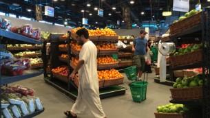 Des clients au marché al-Meera de Doha, la capitale du Qatar, le 10 juin 2017. (Crédit : AFP/STRINGER)