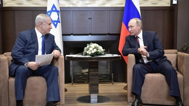 Le Premier ministre Benjamin Netanyahu, à gauche, et le président russe Vladimir Poutine à la résidence d'Etat Bocharov Ruchei de Sotchi, le 23 août 2017. (Crédit : Alexey Nikolsky/Sputnik/AFP)