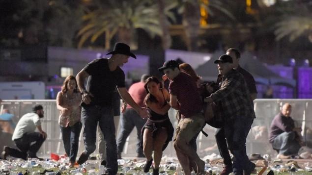 Réactions après une fusillade pendant le festival de musique country Route 91 Harvest, à Las Vegas, le 1er octobre 2017. (Crédit : David Becker/Getty Images/AFP)