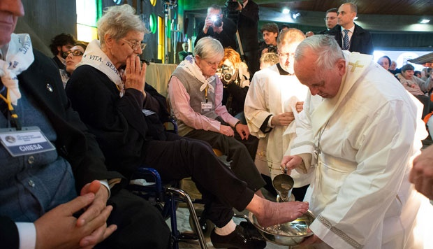 Pope Francis Washes Feet of Muslim Man on Holy Thursday