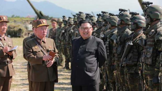 Pemimpin Korea Utara Kim Jong Un, bersama dengan staffnya melihat kontes target-striking pasukan khusus Tentara Rakyat Korea di Pyongyang, Korea Utara, 25 Agustus 2017. KCNA via Reuters