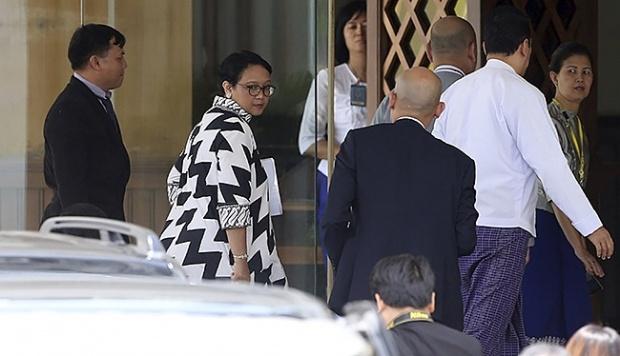 Menteri Luar Negeri Indonesia, Retno Marsudi tiba di kantor kementerian luar negeri Myanmar untuk bertemu dengan Aung San Suu Kyi di Naypyitaw, Myanmar, 4 September 2017. AP/Aung Shine Oo