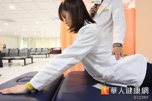採趴姿,下八微縮、雙手將上半身撐起至45度,腰部盡量放鬆。(攝影/黃志文)