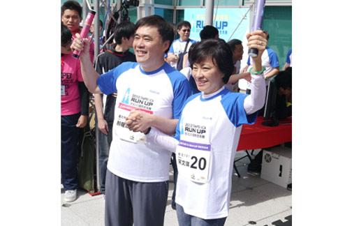 市長郝龍斌(左)率領市府團隊參加「2013台北101國際登高賽」,趣味十足。(圖片提供/台北市政府觀光局)