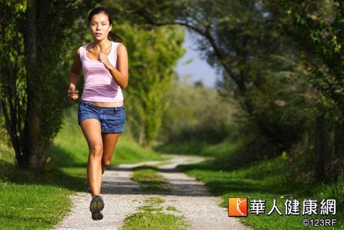 夏天是減重的旺季,目前較適合減重的運動是快走跑步。