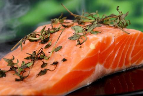 鮭魚、鮪魚等富含omega-3不飽和脂肪酸的魚類,經研究分析對於降低女性乳癌風險也有幫助。(圖片/取材自美國《生活科學》新聞網)