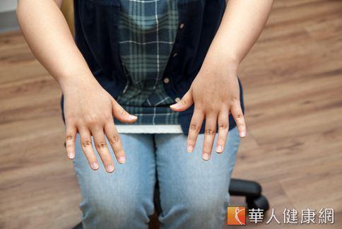 隨意動動手指,將手指盡量張開、握拳。(攝影、示範/楊伯康、洪毓琪 )