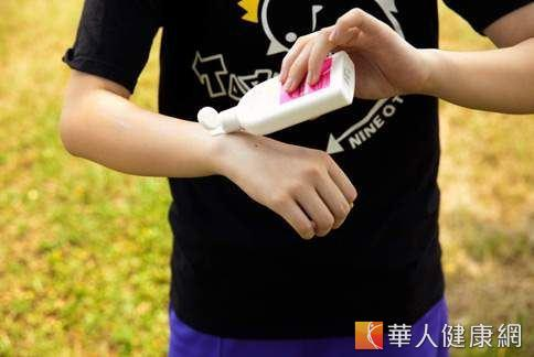 油性肌膚、青春痘膚質,需選擇清爽且不產生粉刺的防曬品(親水性的防曬乳)。(攝影/楊伯康)