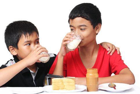 學童的人生起跑點從每日的早餐開始,應多攝取牛奶、雞蛋等含優質蛋白質的食材。