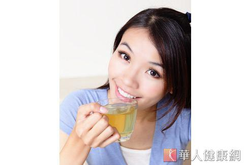 中醫師認為,平常多喝滋補肝腎的養生茶飲,可延緩白髮生成。