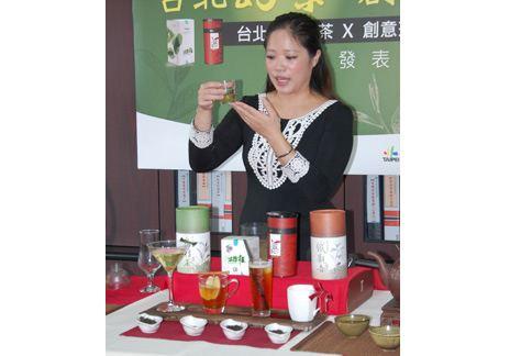 專業茶葉烘焙師張欣柔示範4款風味茶飲,鼓勵年輕人多品茶。(圖片提供/北市產發局)
