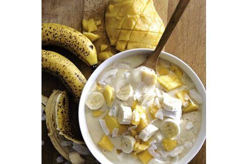 早餐就吃椰漿、芒果與香蕉做成的一大碗奶昔。(圖片/取材自羅珍妮instagram)
