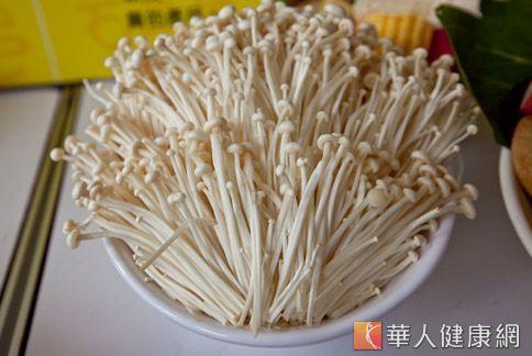 金針菇膳食纖維豐富,可以增強免疫力、還有防癌效果。(圖片/華人健康網)